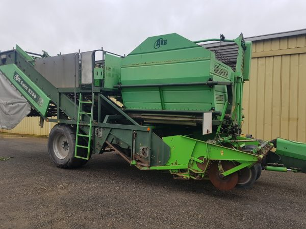 20200430 093529 600x450 - AVR SPIRIT 8200 2 Row Offset Trailing Bunker Harvester